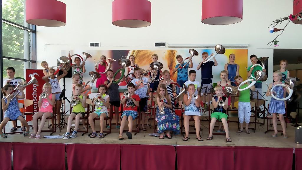 Groepsfoto van leerlingen van KC Berglaren na hun uitvoering op school.